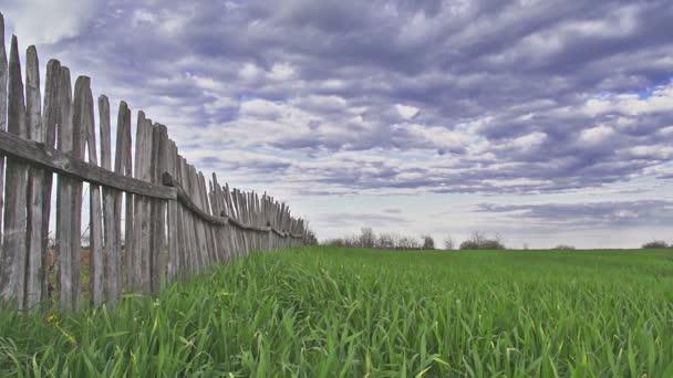 epické časová prodleva bouřková mračna nad zelenou louku a dřevěný plot