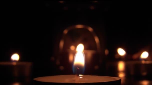 svíčka hořící uvnitř svícen