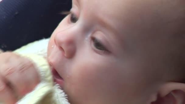 dětské jídlo a žvýkání jeho prsty