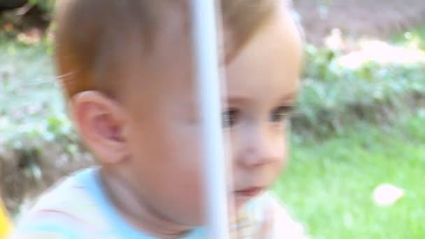 Malý chlapeček kyvné venku