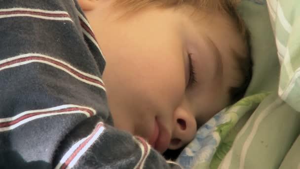 čtyři-rok-starý chlapec spí