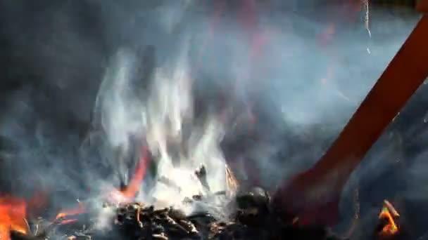 skutečné grilování požár, close-up. plameny a žhavý