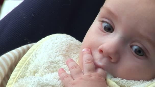 pět měsíců staré dítě žvýkací baby tampon