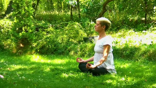 Junge, blonde Frauen meditieren im park