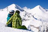 Mladý pár, kteří požívají zimní hory