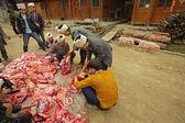 Zemědělci rozřezat a třídit asijské vepřové v čínském venkově