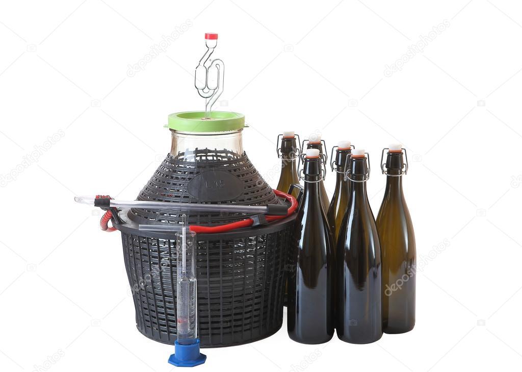 ustensiles et mat riel pour la fabrication du vin la maison sur blanc photographie. Black Bedroom Furniture Sets. Home Design Ideas