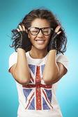 Fotografia bella ragazza in una t-shirt. bandiera inglese. ritratto da vicino