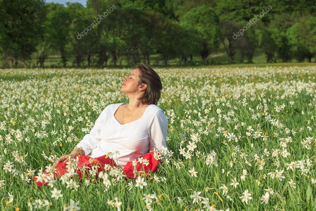 entspannende hübsche Frau in weißen Blumen Feld — Stockfoto ...