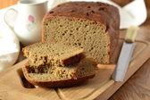 čerstvě upečený žitno Pšeničný chléb na dřevěném prkénku