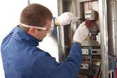 Villanyszerelő ellenőrzése az energia-mérő