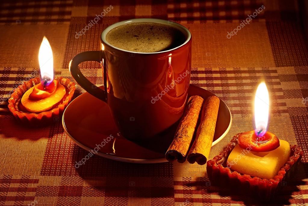 Tazza di caffè nellilluminazione naturale candela u2014 foto stock