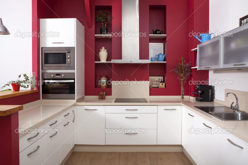 cucina moderna con pareti rosse — Foto Stock © sixdun #31706675
