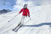 mladá žena, lyžování