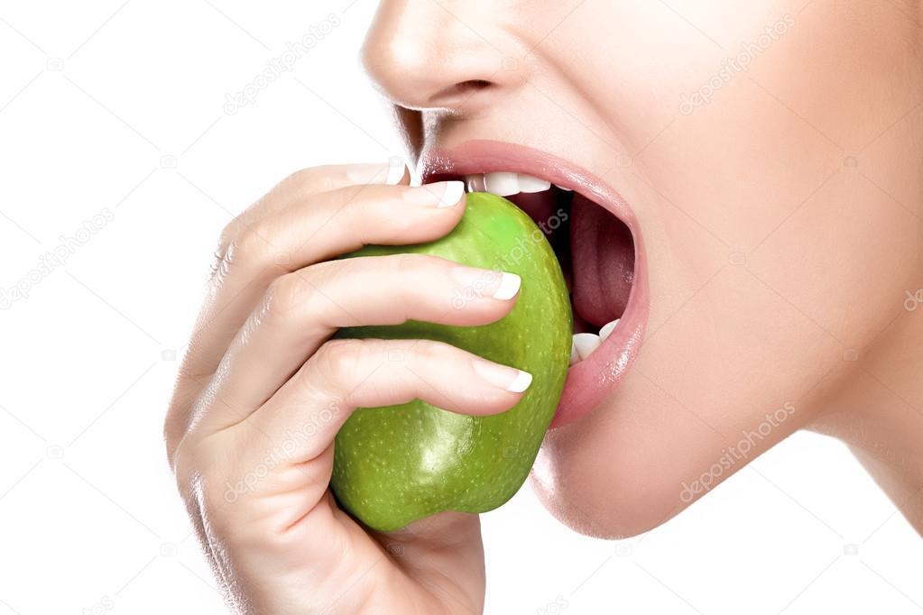 Hermosa boca sana morder una manzana verde grande — Fotos ...