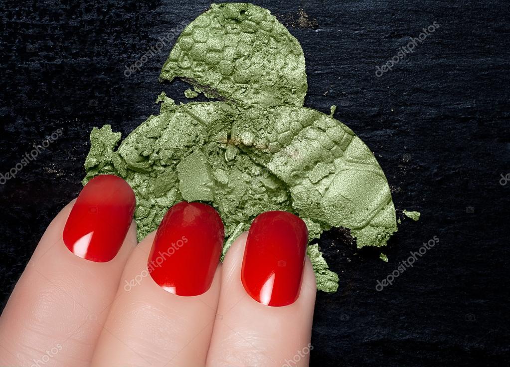 esmalte de uñas rojo y mineral verde sombra de ojos — Fotos de Stock ...