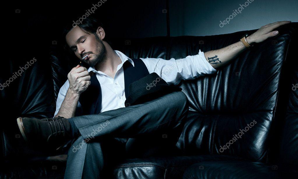 seksualnie-bryunetki-s-sigaretoy-soblaznenie-molodih-zrelimi