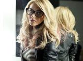 žena s brýlemi v zrcadle