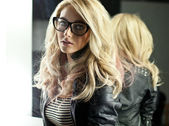 Fotografie žena s brýlemi v zrcadle