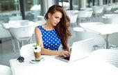 Fotografie mladá žena, pracující na laptop
