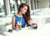 Fotografie krásná žena, pracující na laptop