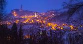 Fotografie pohled na zasněžený večer na osvětlené město