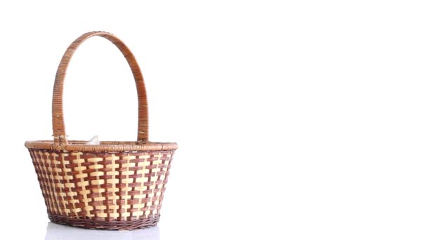 Bílý králík se pohybuje v košíku