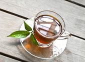 horký čaj na dřevěné desce