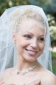 Fényképek egy nevető szőke boldog menyasszony