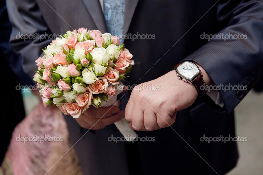 Homme avec montre les mains un bouquet de fleurs for Bouquet de fleurs pour un homme