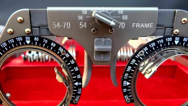 Detailní záběr oka test brýle na sloučit s mnoha různých objektivů