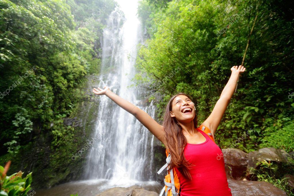 Hawaii Frau Tourismus Aufgeregt Von Wasserfall Stockfoto