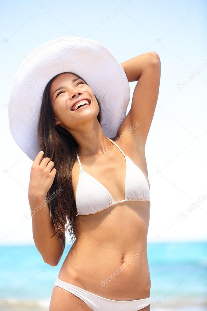 5f732b59f mulher sensual usando biquíni na praia — Fotografias de Stock ...