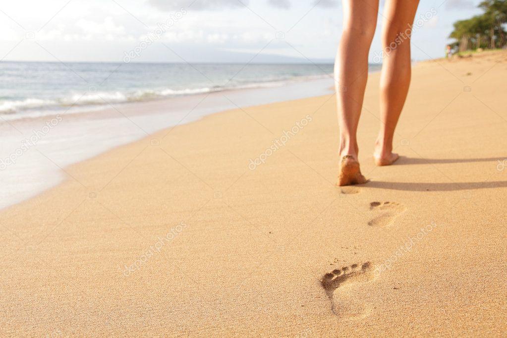 Playa viajar mujer caminando por la playa de arena for Arena de playa precio