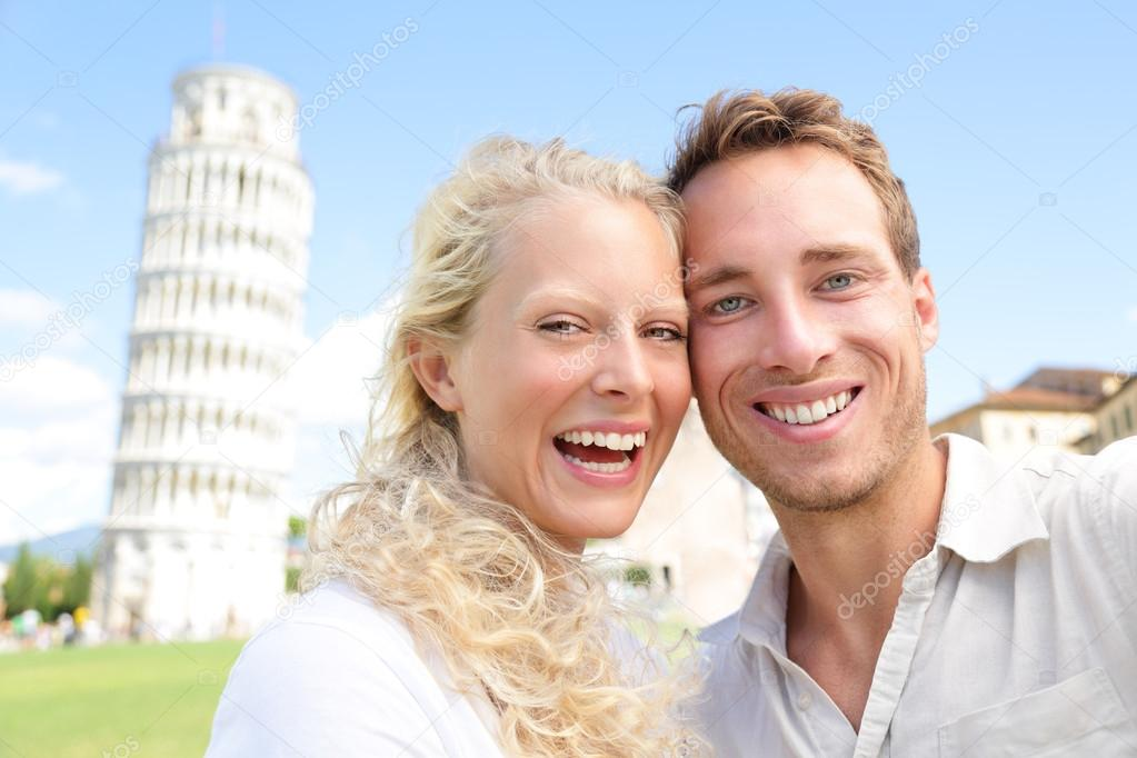 Ontwerper Toren Van Pisa.Jong Koppel Gelukkig Plezier Op Reizen Naar Pisa Stockfoto