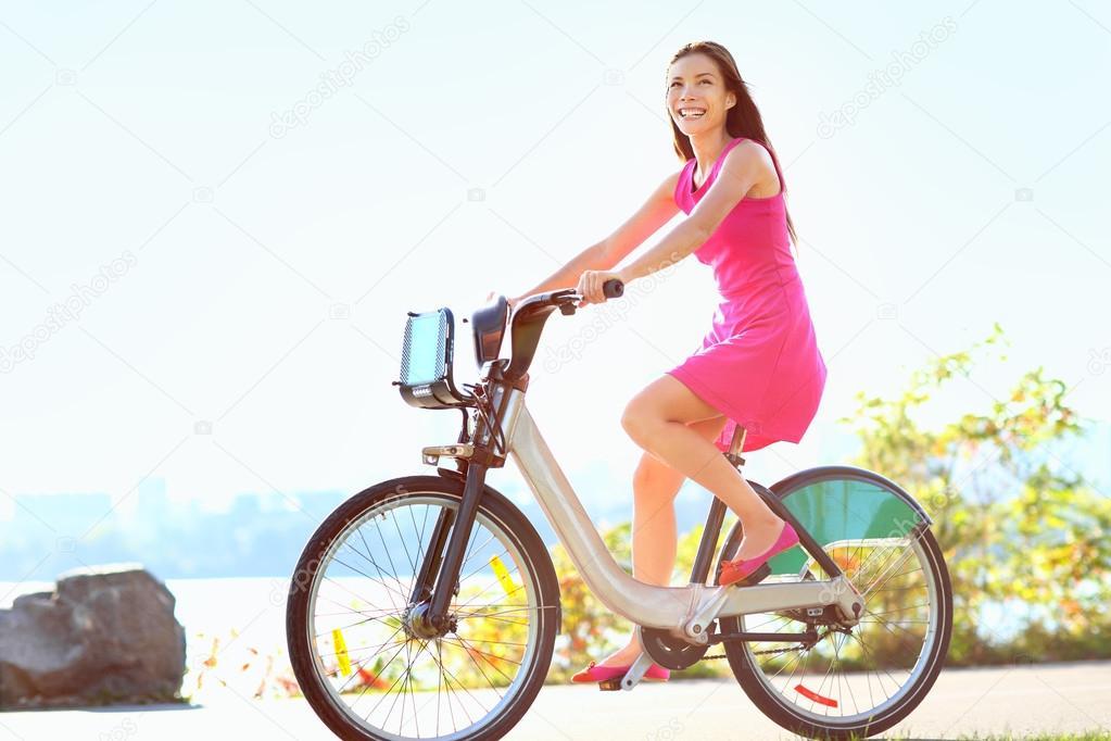 гола дівчина на велосипеді