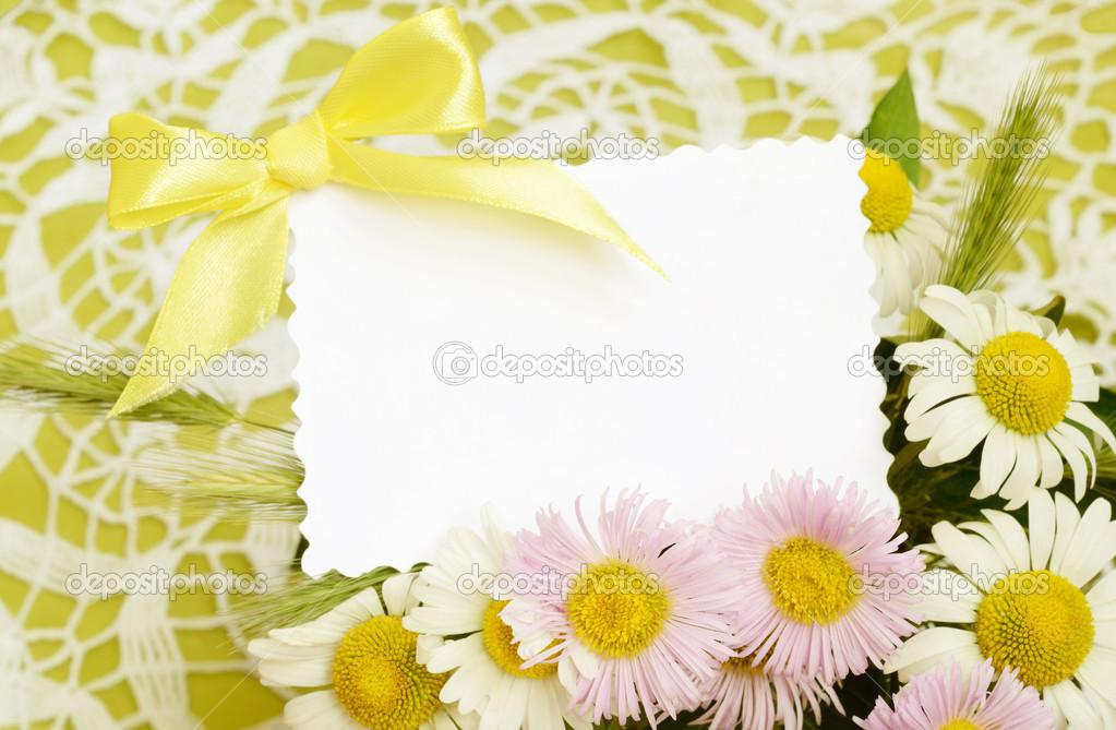 Bouquet von weißen und Rosa Gänseblümchen mit einer Karte ...