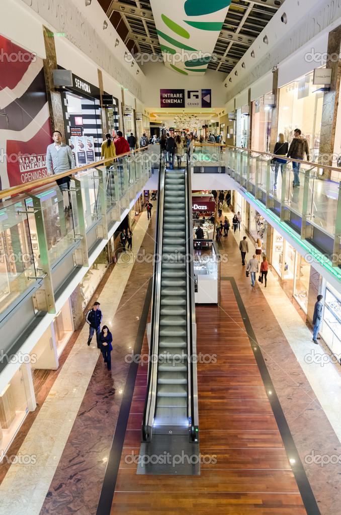 d39715ef100 명품 쇼핑몰에서 쇼핑 하는 사람들 – 스톡 에디토리얼 사진 © radub85 ...