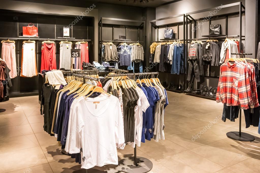 c6745b1cb divat ruha állványok szépség ruhák tárolására –Editorial Stock Fotó ...
