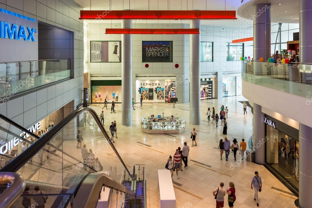 9f558bbf771 고급 쇼핑몰에서 쇼핑 하는 사람들 – 스톡 에디토리얼 사진 © radub85 ...