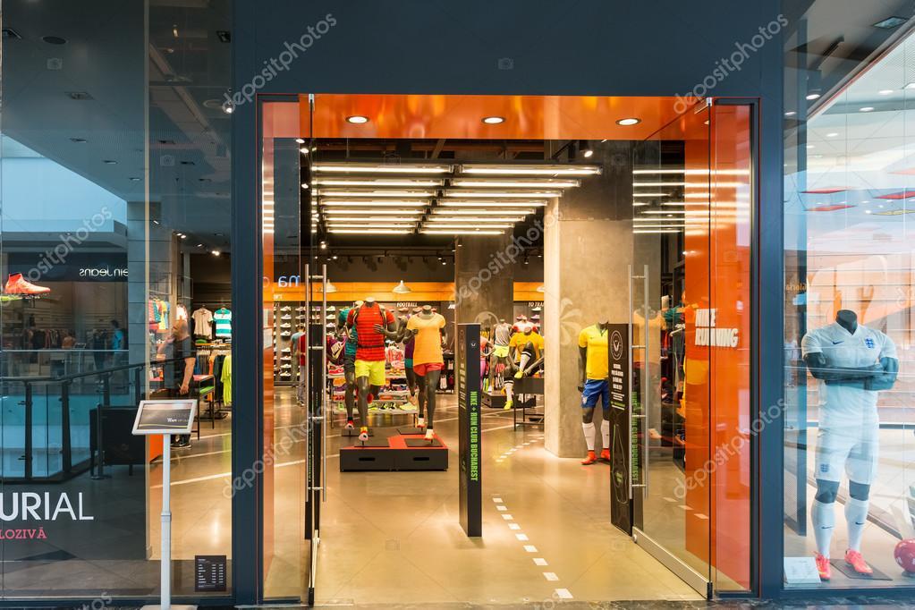 correr zapatos San Francisco precios grandiosos Tienda Nike — Foto editorial de stock © radub85 #48010597