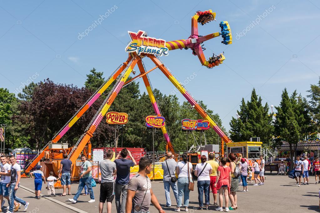 Crianças Se Divertindo No Parque: Pessoas Se Divertindo No Parque De Diversões