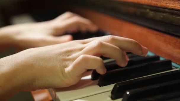 zongorázni