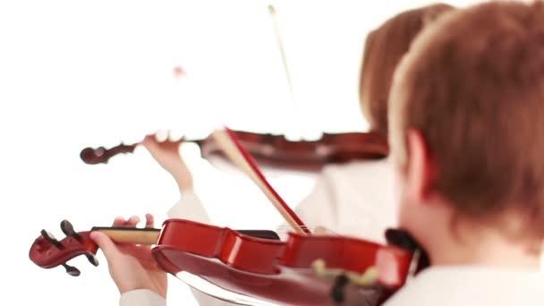 Two kids playing violin