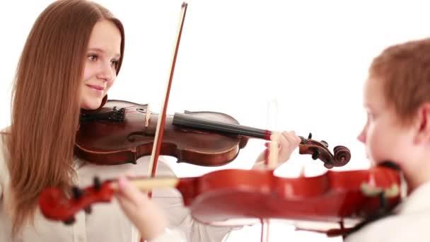 Két gyerek játszik a hegedű