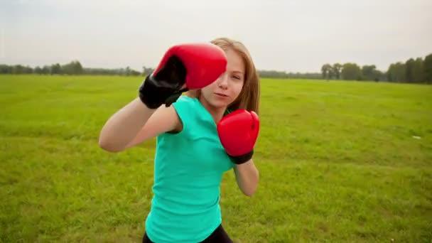 dívka v Boxerské rukavice na louce