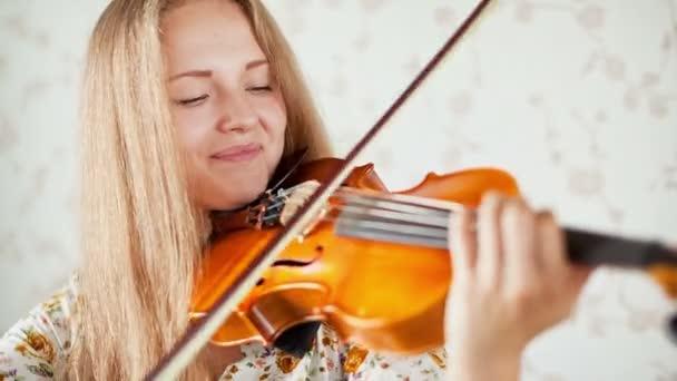 lány játszik a hegedű