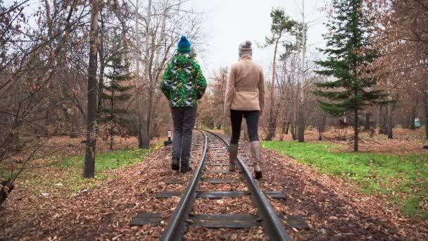 muž a žena v podzimním parku