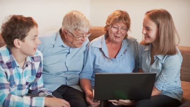 a tinédzserek elmagyarázza, hogyan kell használni a laptop egy idősek