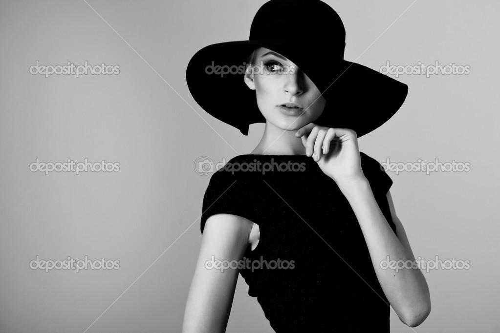Ritratto di alta moda di elegante donna in abito e cappello bianco e ... 8dedf64c4830
